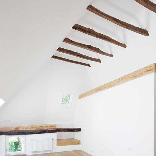 houten balken in het zicht tegen een licht plafond