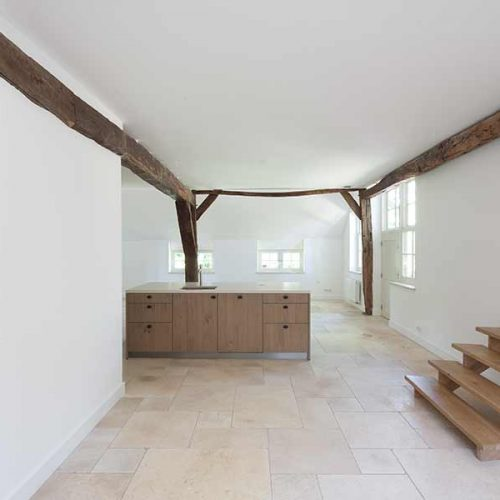 houten balken in het zicht in een lichte woonkeuken