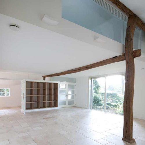 houten balken in het zicht in een lichte woonruimte