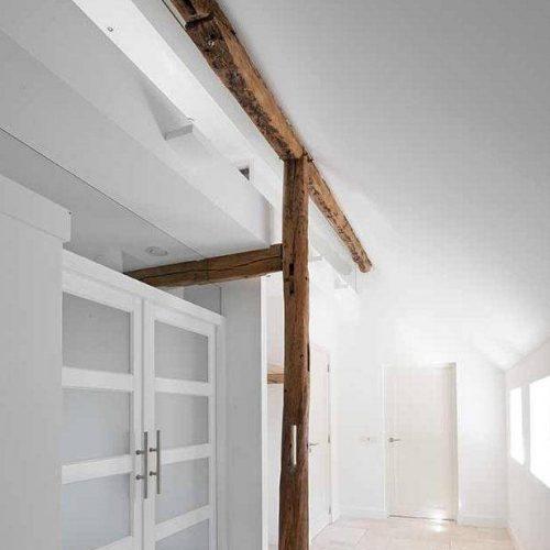 houten balken in het zicht in een lichte hal