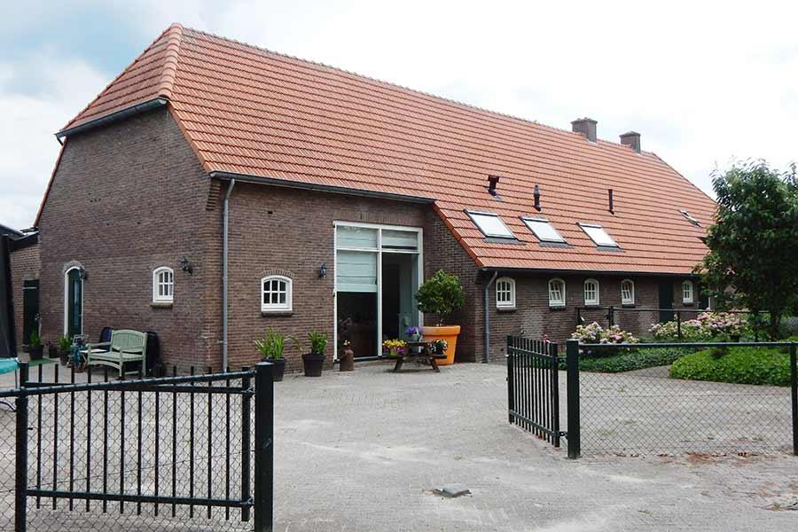 gerenoveerd dak van een boerderij in Den Dungen