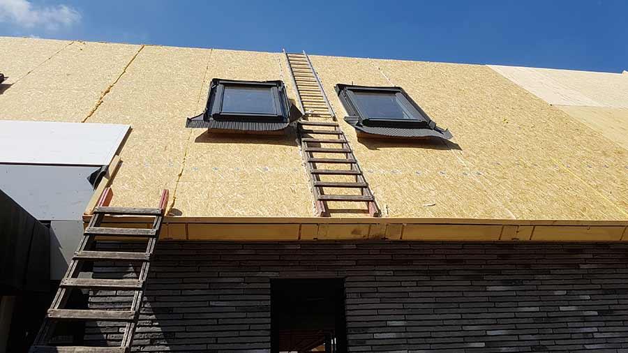 Voorbereiding rieten dak op een nieuwe woning in Nuland