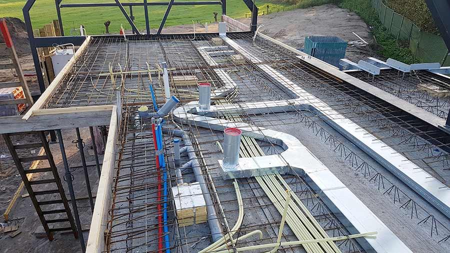 Leidingwerk op het dak van een nieuwe woning in Nuland