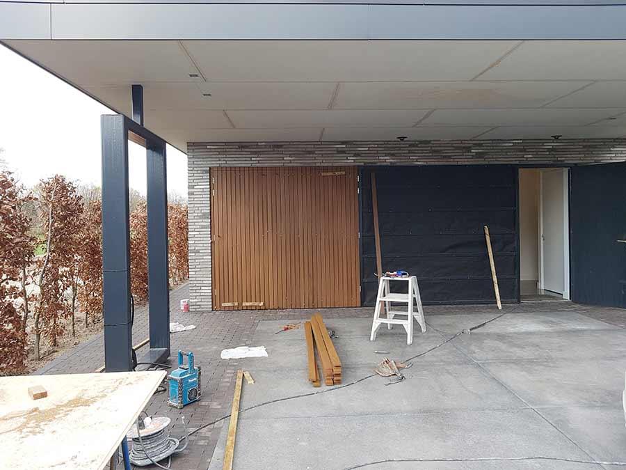 Carport onder het afdak tijdens de werkzaamheden aan een nieuwe woning in Nuland