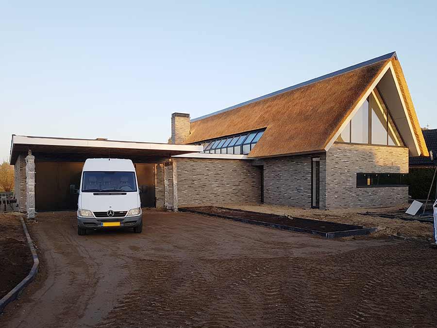 werkbus op de inrit van een nieuwe woning in Nuland