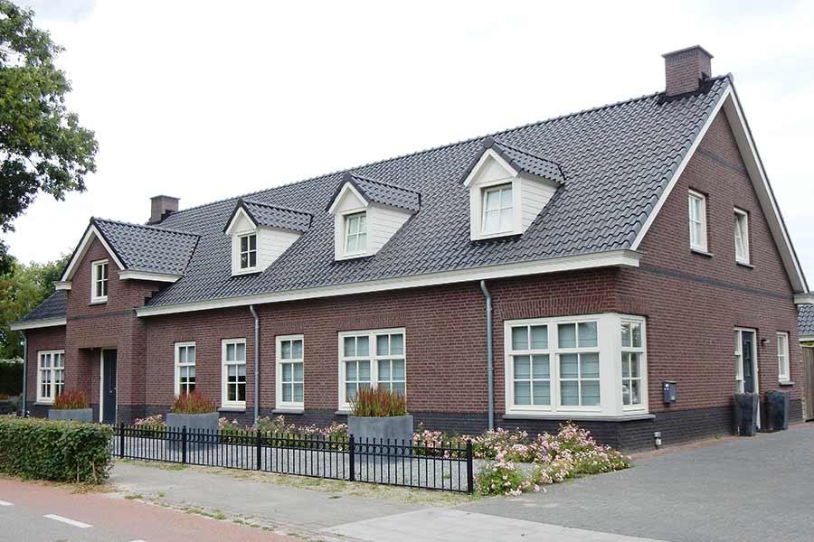Zijaanzicht herbouw van een grote woning in Nuland