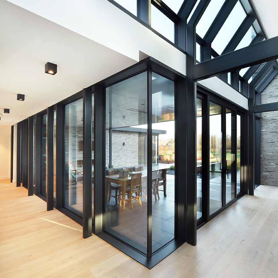 Glazen pui in moderne nieuwbouw woning in Nuland