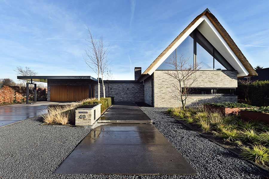 Vooraanzicht voortuin moderne nieuwbouw woning in Nuland