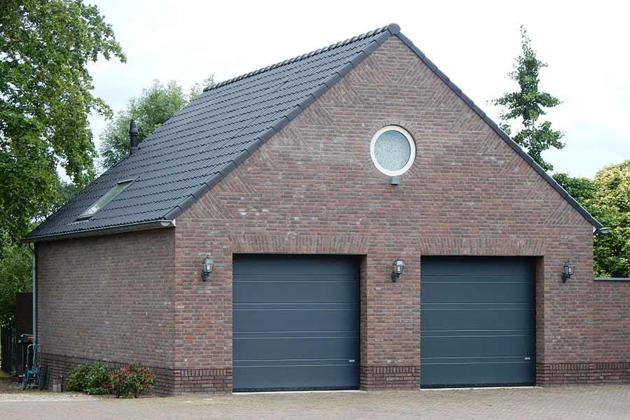 nieuwbouw garage met twee garagedeuren in Geffen